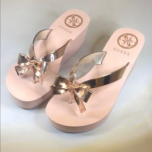 (p235)Guess Women's Flip-Flop Wedge Sandals